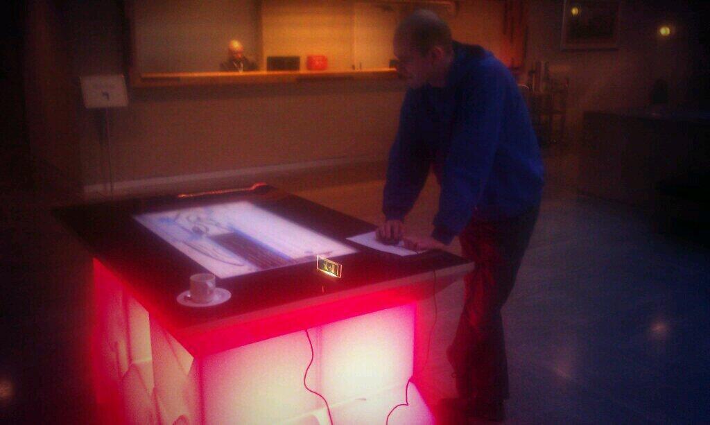 Eerste hack van de dag: studentikoos inbreken op een surface tafel en daar software op installeren.